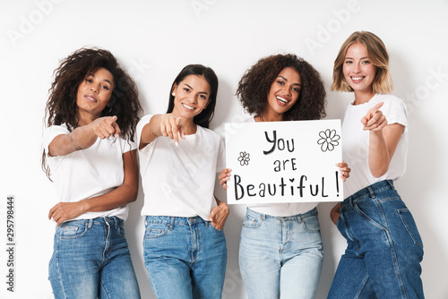 Foto  Women multiracial friends holding blank with compliments text.
