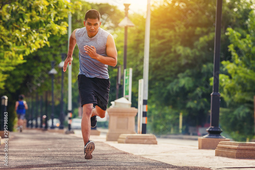 Foto  Man running sprinting on road
