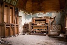 Une Salle Abandonnée Avec Un Vieux Piano Et Un Vieux Fauteuil