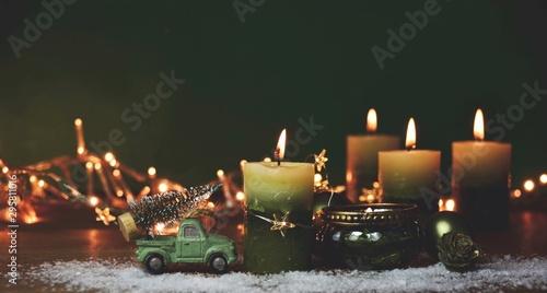 Photo  Weihnachtsdekoration mit grünen Kerzen - Adventskerzen vierter Advent