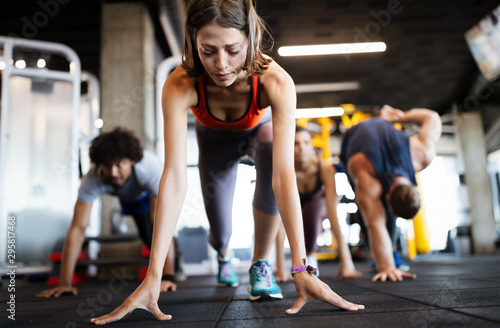 Fotomural  Beautiful fit people working out in gym together