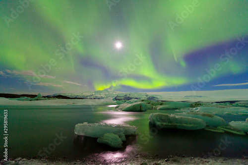 Poster Olive Northern lights, Jokulsarlon glacier lagoon, Southern Iceland, Iceland, Europe