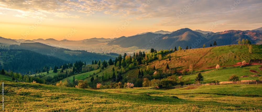 Pięknego krajobrazowego halnego wzgórza wschodu słońca ranku łąkowa wioska Bucovina Rumunia <span>plik: #295832486 | autor: Cristi</span>
