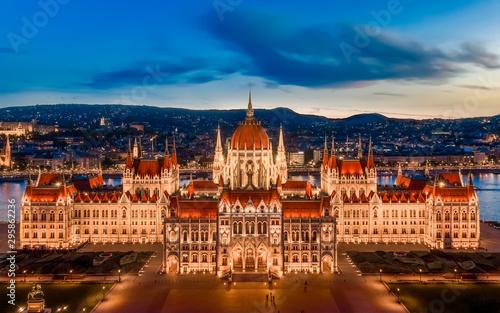 Montage in der Fensternische Budapest Budapest parliament, Old historical building in sunset.
