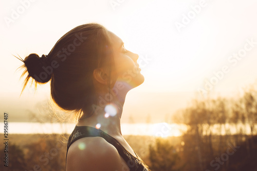 Obraz Close-up portrait of a pretty young woman in the sun - fototapety do salonu