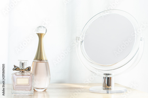 Photo Luxury perfume bottles on wooden dressing table.