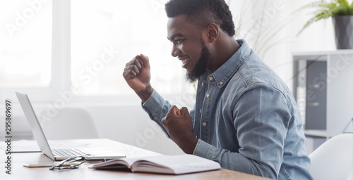 Fotografía  Happy African American Freelancer Celebrating Successful Online Interview