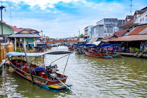 In de dag Kanaal DAMNOEN SADUAK, THAILAND - December 15, 2018: Floating market in Damnoen Saduak, Thailand