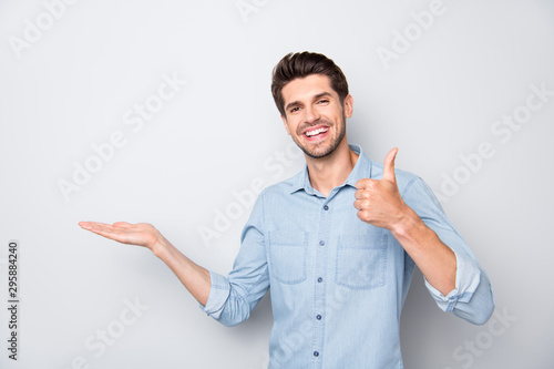 Fotografía  Portrait of positive cheerful man hold hand show thumb-up sign recommend ads dis