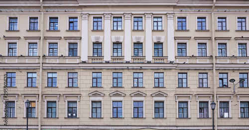 Photo Vintage architecture classical facade building decorated antique pattern meander