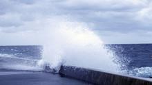 近づく嵐 埠頭に打ち...