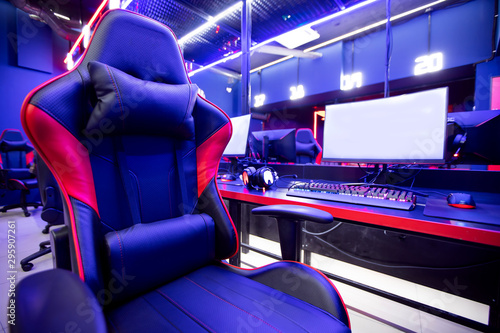 Photo Professional gamers cafe room with powerful personal computer game chair blue color