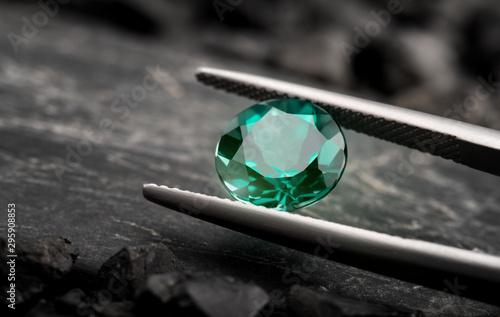 Obraz na plátně The emerald gemstone jewelry cut.