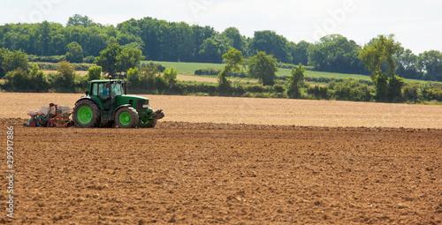 Photo  Tracteur dans un champ en France