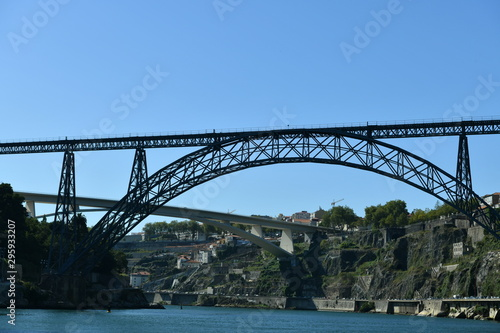 Photo  old bridges over the river in the city of porto