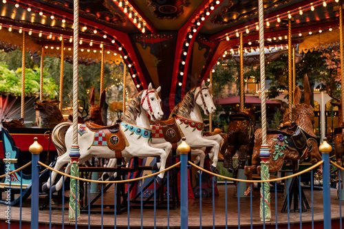 La pose en embrasure Attraction parc Vintage carousel in amusement park