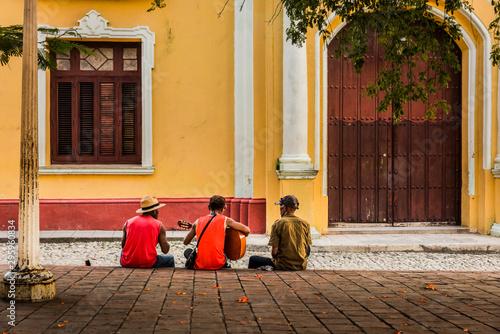 Músicos callejeros en Cuba, Trinidad. Canvas Print