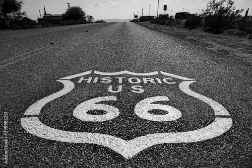 Cadres-photo bureau Route 66 Horizontal greyscale shot of the 'Historic US 66' sign on the Route 66 street surrounded by trees