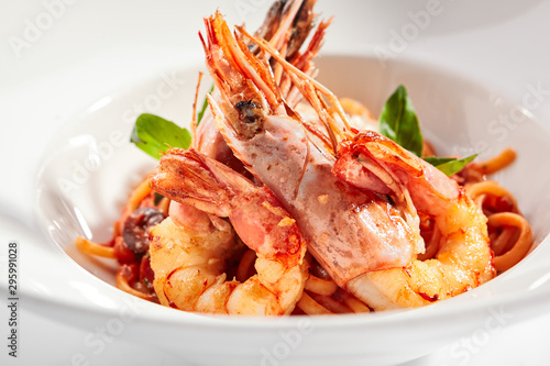 Fotografiet Shrimp linguine with smoked red pepper sauce