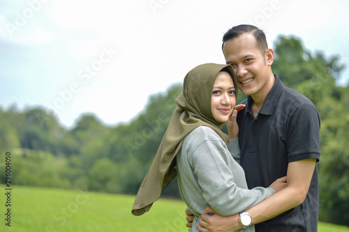 Fotografía  lovely asian Muslim young couple embracing at outdoors