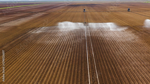 Photo aerial view Center pivot agriculture irrigation machine of crops