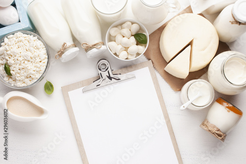 Pinturas sobre lienzo  Clipboard mock-up and dairy products