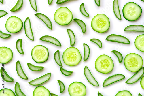 Photo  Closeup fresh organic aloe vera and cucumber sliced pattern texture for background