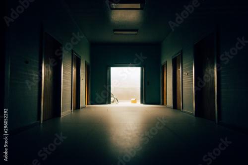 Photo un couloir sombre et un ascenseur ouvert
