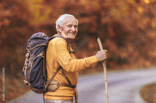 Fotomural  Senior man hiking in autumn forest.