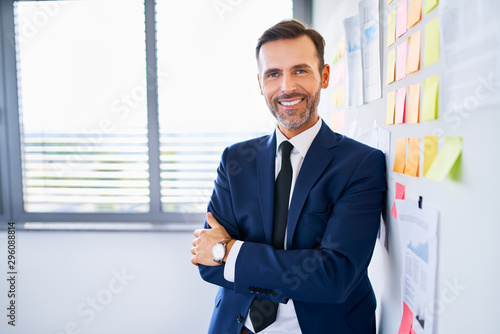 Successful businessman standing in office Fototapet