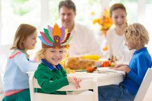 Family With Kids At Thanksgivi...