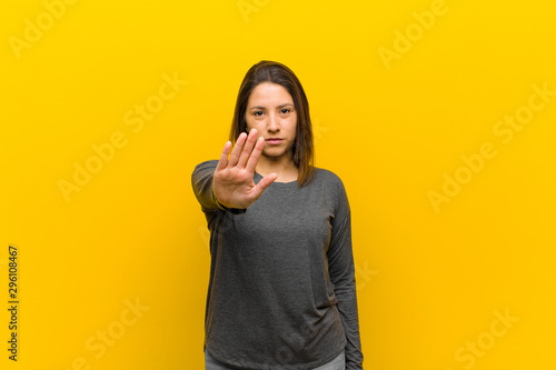 Fotografía  latin american woman looking serious, stern, displeased and angry showing open p
