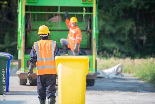 Vászonkép Professional staff do environmental transportation, preliminary management, recycling waste