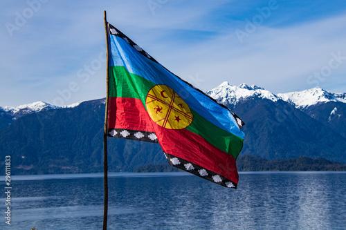 Fotografie, Obraz Bandera Mapuche, con fondo Lago Todos Los Santos