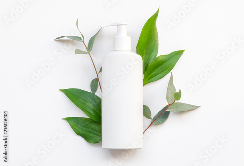 Fotografía  Natural organic cosmetic packaging plastic mock up with leaves