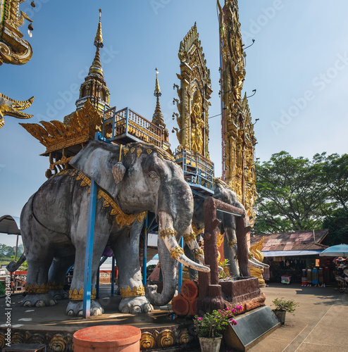 Foto  Side view of big elephant statue located in Golden Triangle area along the Mekon