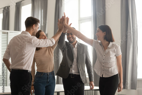 Montage in der Fensternische Akt Diverse employees team giving high five, celebrating successful deal