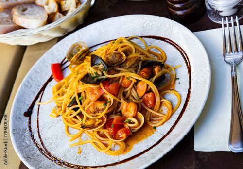 Papiers peints Pierre, Sable Mediterranean pasta with seafood