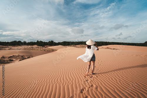 Montage in der Fensternische Lachs Young woman traveler walking at red sand dunes in Vietnam, Travel lifestyle concept