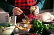 Mann bereitet leckeres und gesundes Essen in der häuslichen Küche zu Weihnachten zu (Weihnachtsente oder gans)