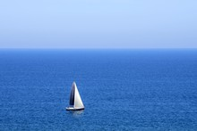 Un Pequeño Barco Recorriendo El Mediterráneo