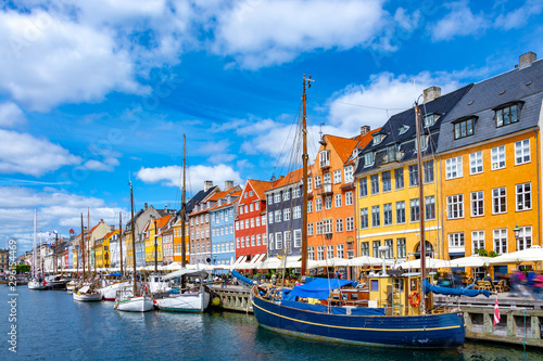 Photo Scenic summer view of Nyhavn pier with colorful buildings and boats in Old Town
