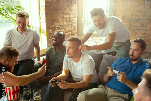 Fotomural  Group of excited friends playing video games at home