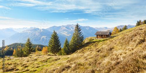 Landschaftspanorama einer herbstlichen Landschaft mit Almhütte im Zillertal Canvas-taulu