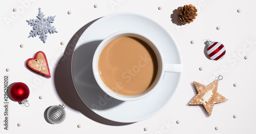 Photo sur Aluminium Cafe Christmas ornaments with a cup of coffee - flat lay