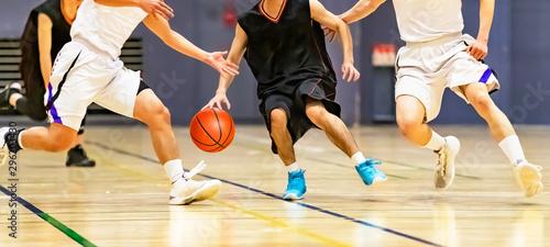バスケットボールの試合をする大学生 Wallpaper Mural