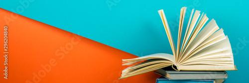 Open book, hardback books on wooden table Billede på lærred