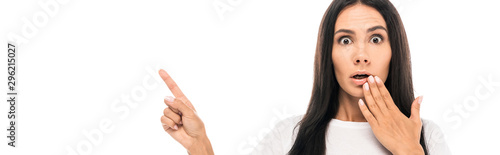 Photo panoramic shot of shocked woman pointing with finger isolated on white