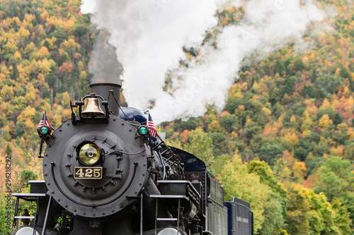 Photo  old steam engine fall foliage background