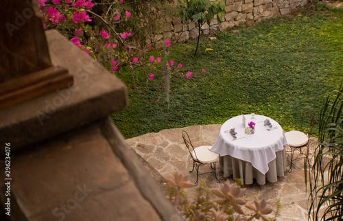 Photo Bella mesa de desayuno ubicada en el parque de una casa colonial